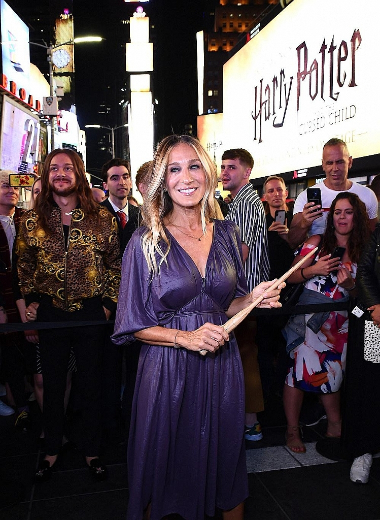 "Sarah Jessica Parker Helps Celebrate ""Harry Potter and the Cursed Child"" Global Expansion with The Biggest Times Square Takeover On Record"