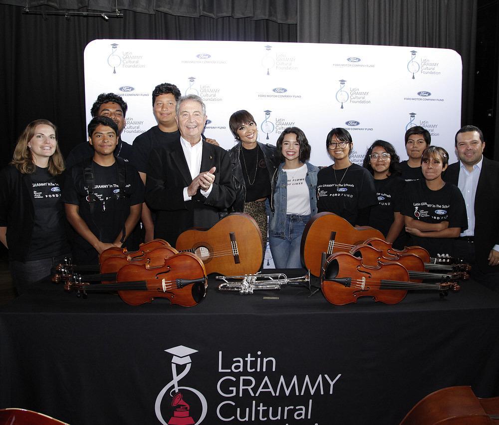Manolo Díaz, Jackie Cruz,  Ángela Aguilar, Joe  Ávila with the Students