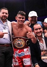 Navarrete KOs Horta to Retain Junior Featherweight World Title